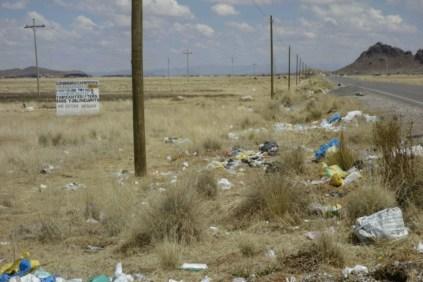 Les ordures sur le bord de la route