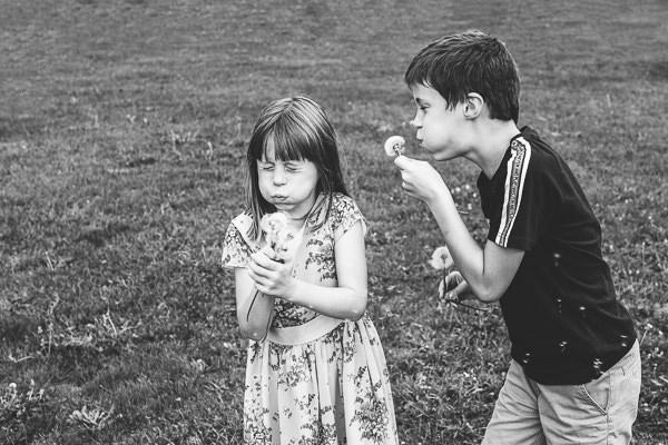 Enfants dans les champs