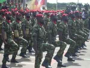 Un groupe de militaires des bérets rouges des FAT