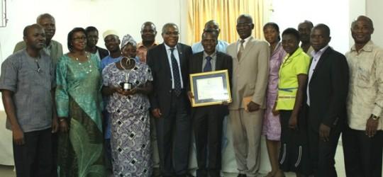 Les lauréats, posant fièrement avec les officiels gouvernementaux et onusiens