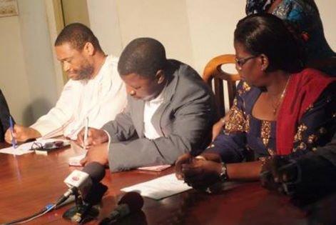 Tchanilé Tchakala signant son contrant au milieu de la Ministre des Sports et du président de la FTF