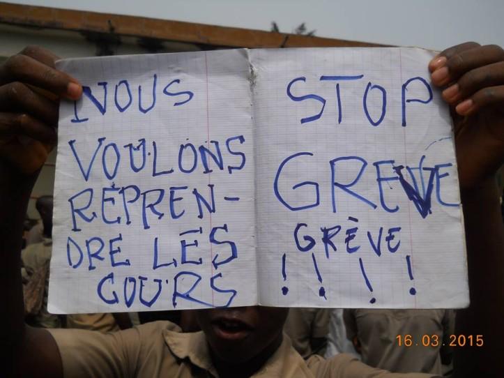 Pancartes portées par des élèves  ce 16 mars 2015 à Badou, préfecture de Wawa