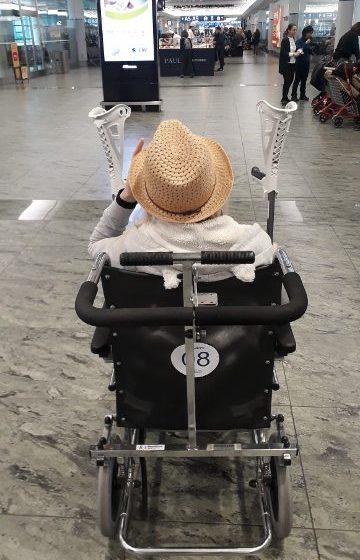 Po letišti jsem se vozila na židli pro invalidy.