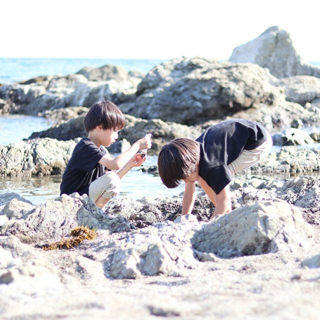 美術館のあとに一色海岸へ。ヤドカリもカニもいて楽しそう。早く帰るのあきらめて、私はアーシングしてみる。 (Instagram)