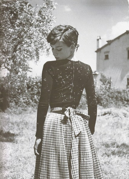 audrey-audrey-hepburn-black-and-white-italy-vintage-Favim.com-63153