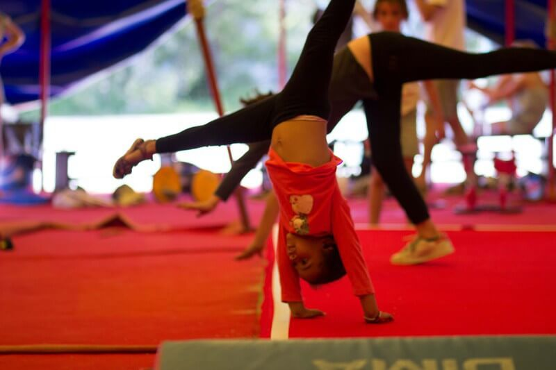Cours de cirque - enfants et famille