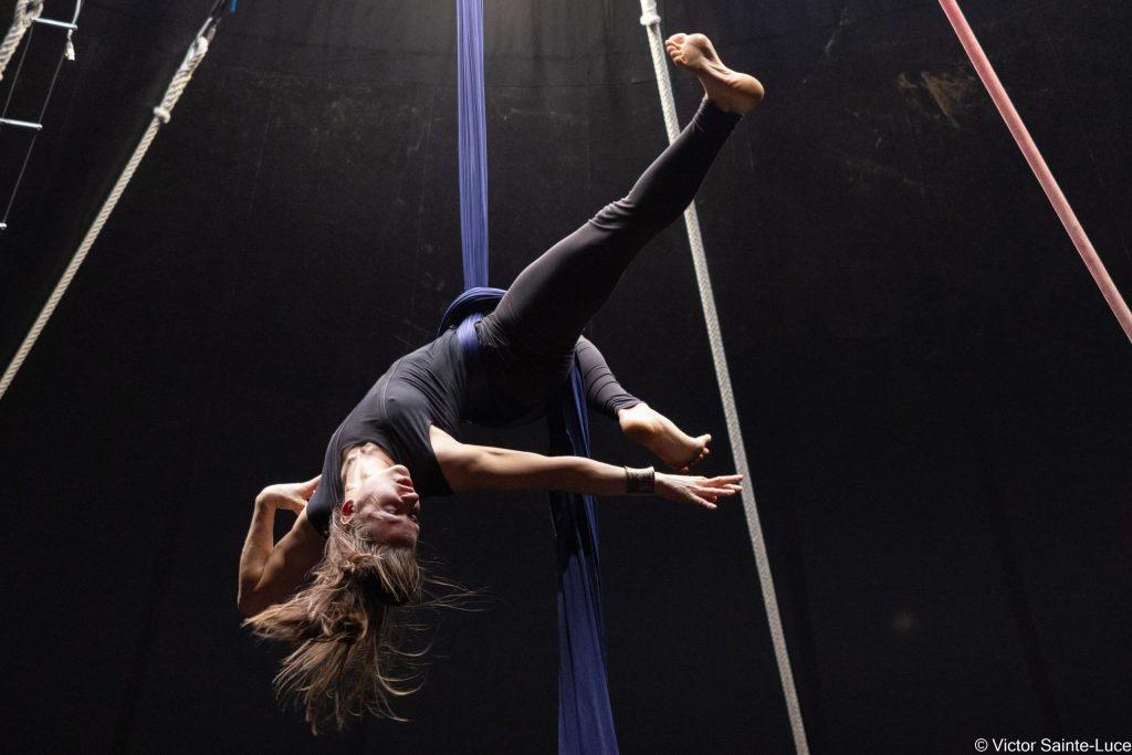 Le-Tour-Du-Monde-en-Galipette-Ecole-de-Cirque-Danse-Tissu-aerien