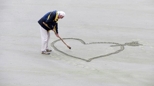 Touriste âge sur la plage
