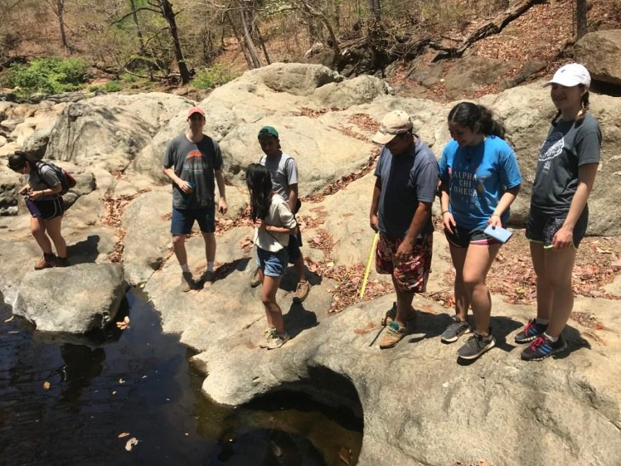 Miembros del equipo al lado del río