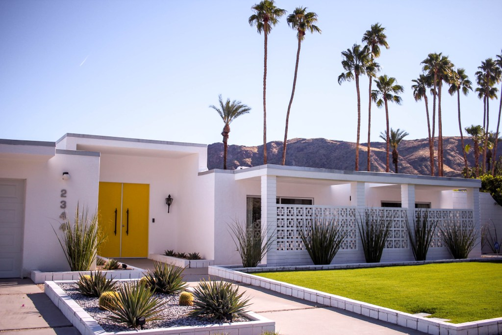 mid century modern home in palm springs