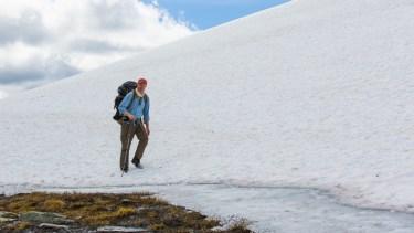 Går i snön på Kariknallarna