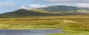 Bakom Slipsikstugan ligger denna lilla sjö, och Autjoklimpen
