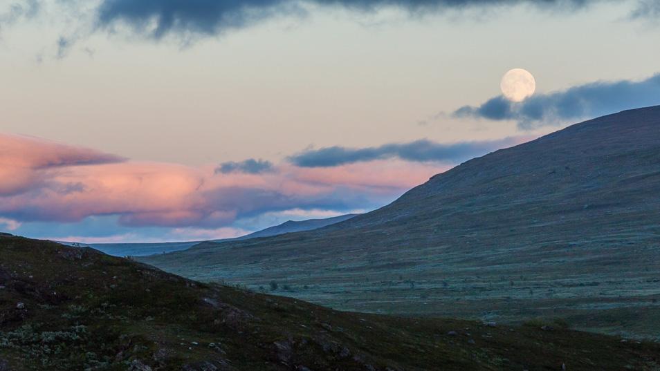 Kvällsmåne över Aigertstugan