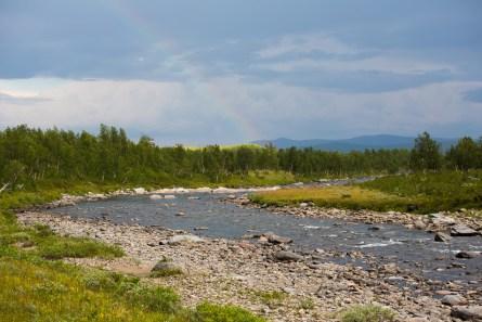 Regnbåge över Tsielekjåhkå
