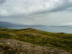 Mörka åskmoln drar in över Virihávrre.
