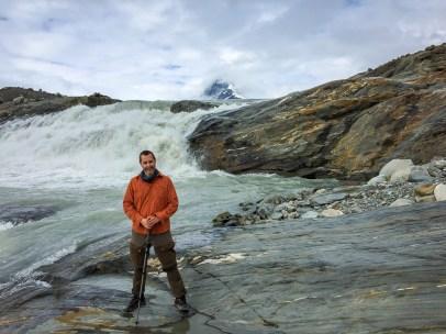 C framför vattenfall i Lájrrojåhkå