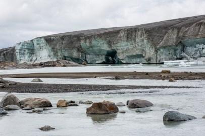 Isväggen tornar upp sig över smältvattensjön
