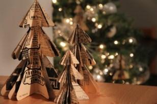 Vánoční stromeček ze starých novin - Zdroj: TheSweetestOccasion
