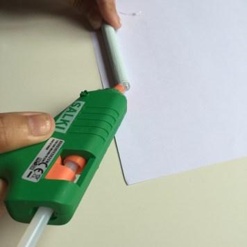 aplicamos cola con la pistola de silicona
