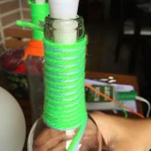 13-botellas-candelabro-decoradas-con-lana-atamos-un-nudo-y-comenzamos-a-enrolar