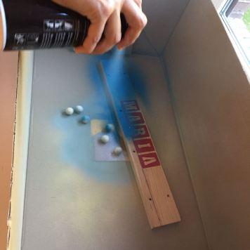 07-portafotos-de-madera-y-pinzas-pintamos-con-la-pintura-en-spray