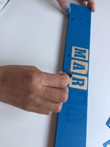 10-portafotos-de-madera-y-pinzas-quitamos-las-letras-adhesivas