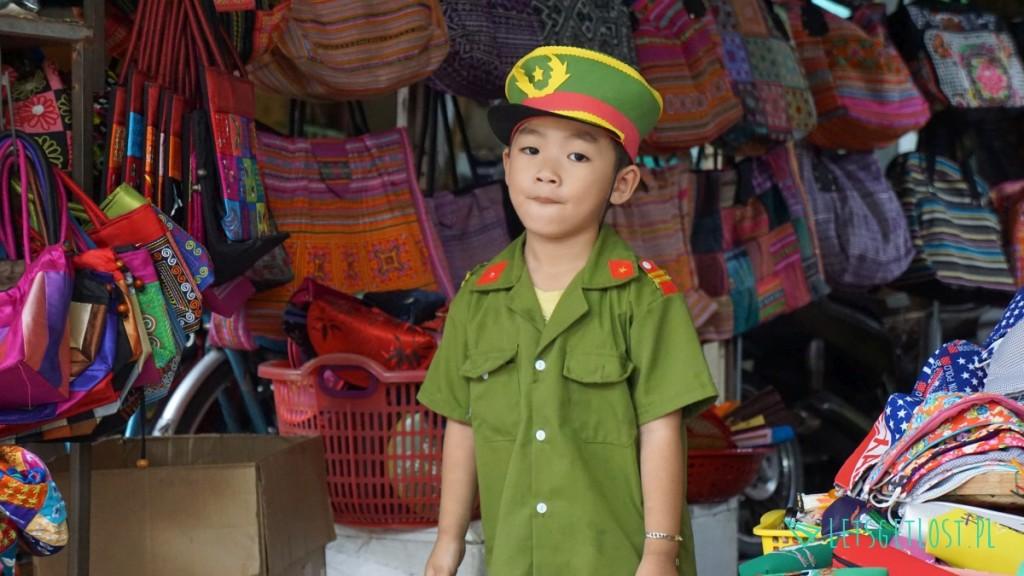 dziecko w stroju żołnierza w hoian