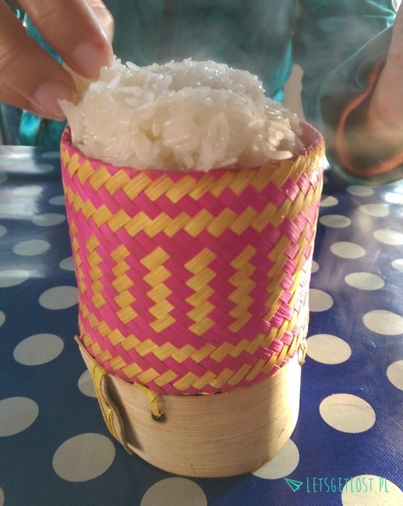 Kleisty ryż w koszyczku