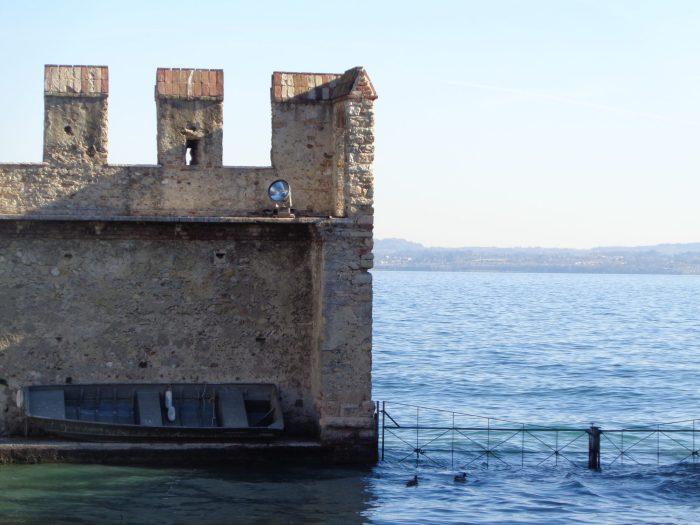 Barca nel castello scaligero di Sirmione