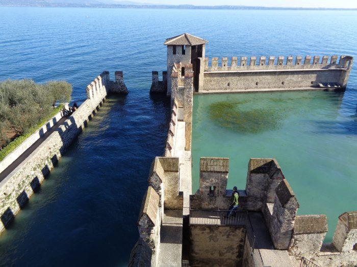 Sirmione e il lago dall'alto del castello scaligero