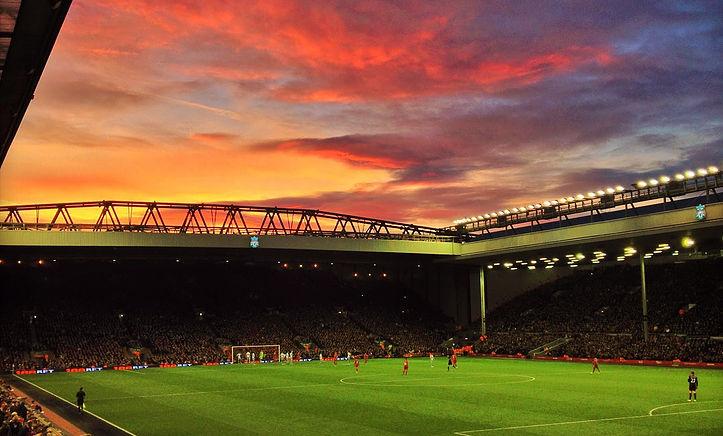 圖片說明/隸屬英超聯賽的利物浦俱樂部之所有球場──安菲爾德球場。圖片來源/By Ruaraidh Gillies - Reds Sky At Night, CC BY-SA 2.0, https://commons.wikimedia.org/w/index.php?curid=34372585