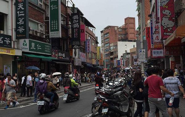 圖片說明:淡水老街假日人潮湧現