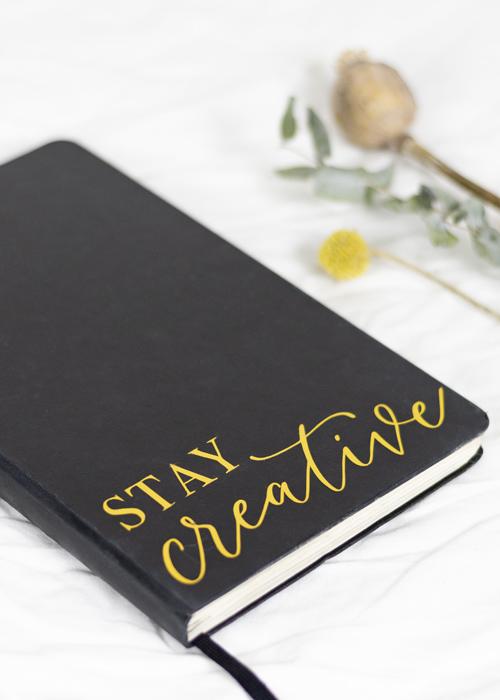 """Handlettering """"Stay creative"""" auf Skizzenbuch"""