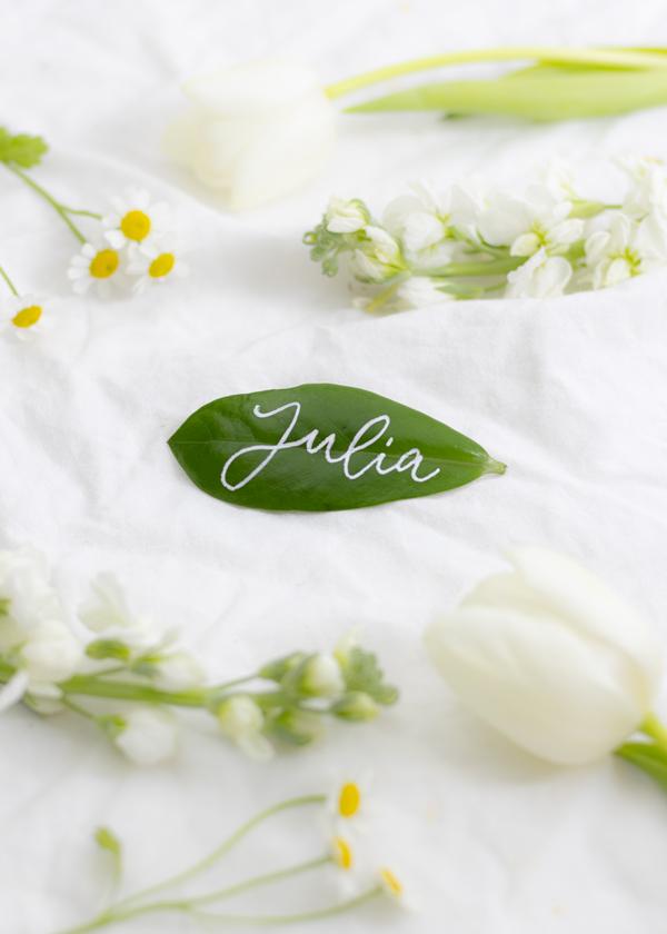 Platzkarten für Hochzeit mit Pflanzenblatt
