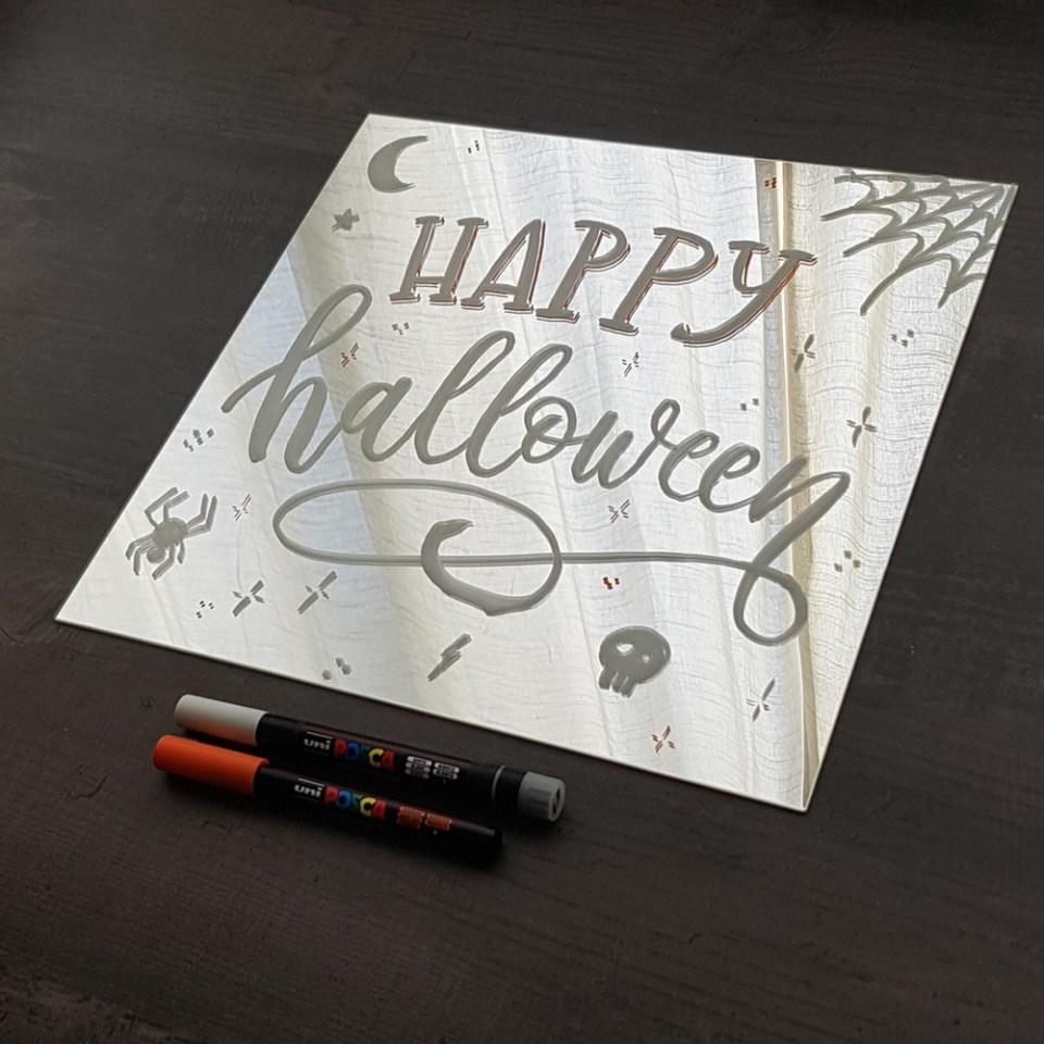 Happy Halloween sur miroir au feutre Posca