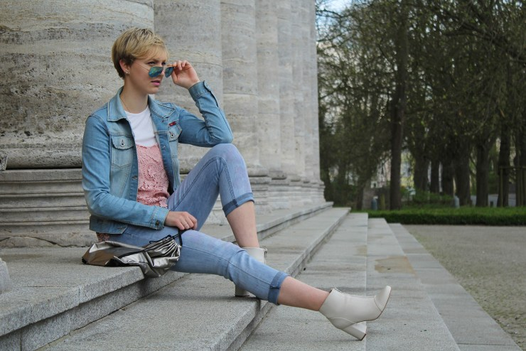 lettersbeads-fashion-sunny-face-jeans-uv-farbe-sonne-muster-sichtbar-closeup-sitting-boots-sunglasses