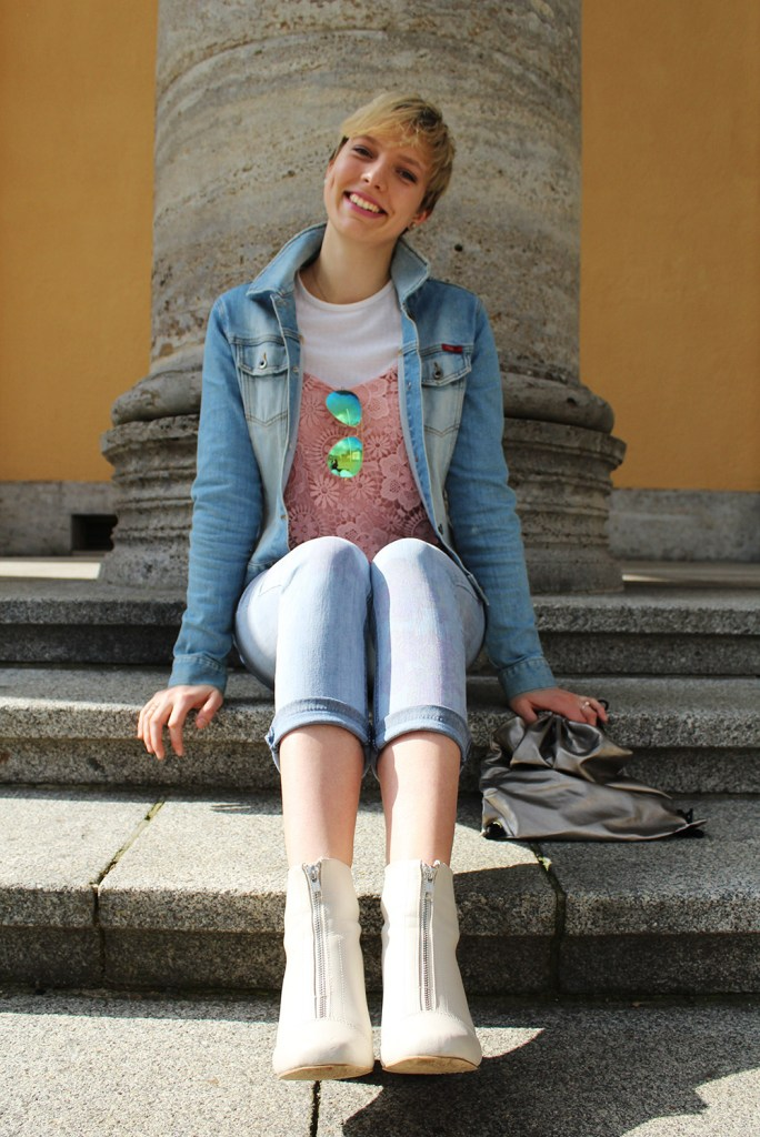 lettersbeads-fashion-sunny-face-jeans-uv-farbe-sonne-muster-sichtbar-closeup-sitting-boots