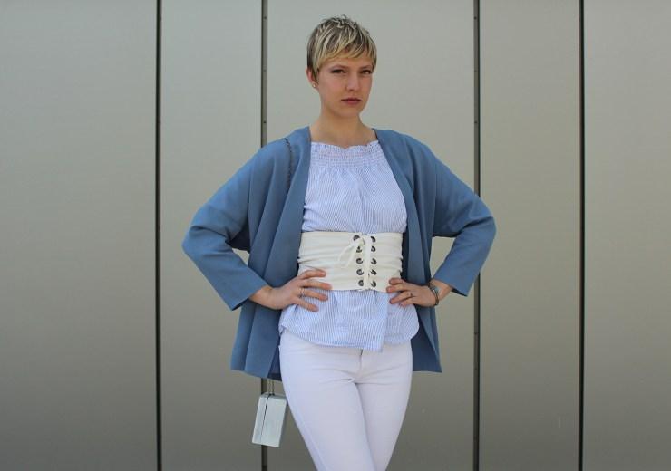 letters beads-fashion-weiße jeans-ganz-ohne-schwarz-sommerlook-gürtel-silber-loafers-tasche-close2
