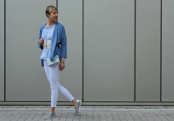 letters beads-fashion-weiße jeans-ganz-ohne-schwarz-sommerlook-gürtel-silber-loafers