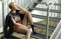 letters beads-fashion-lässiger-festival look-guide-und-freebie-download-checkliste_close-sitting