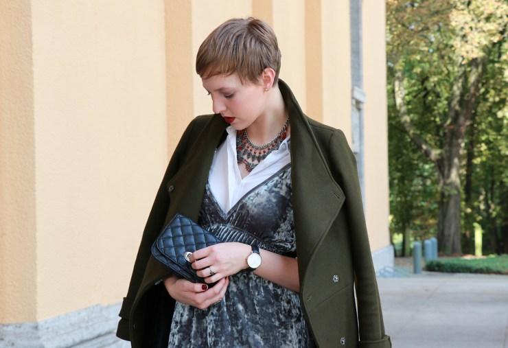 letters-beads-fashion-samtkleid-furore-mantel-herbstlich-handtasche-chanel-dupe-mini.jpg