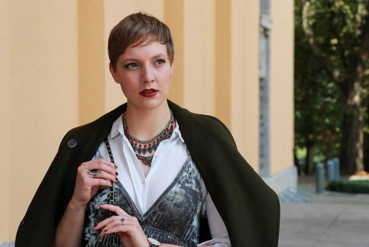 letters-beads-fashion-samtkleid-furore-mantel-herbstlich-mode-erwartungen-brechen-klassisch