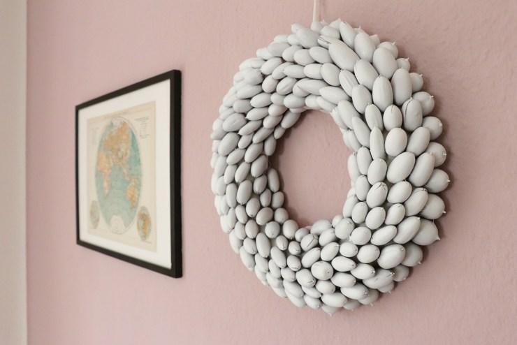 letters-and-beads-diy-deko-interior-festlichen-kranz-mit-eicheln-gestalten-wanddeko-fertig-weiße-farbe