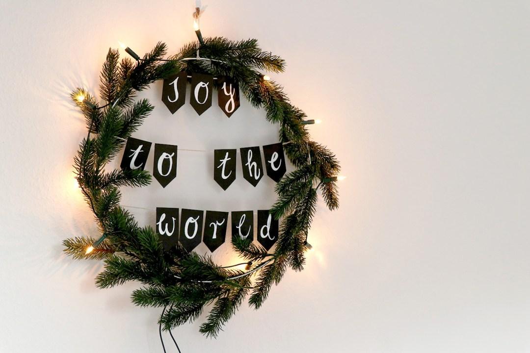 letters-and-beads-diy-deko-spruchreif-weihnachtskranz-mit-girlande-lichterkette-finished-title
