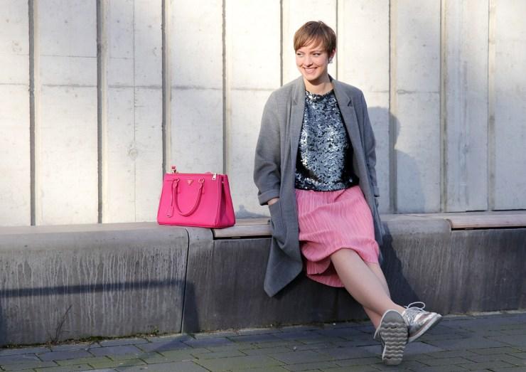 letters-and-beads-fashion-outfit-style-rosa-pailletten-vorsätze-silvester-silber-prada-sitzen-lachen
