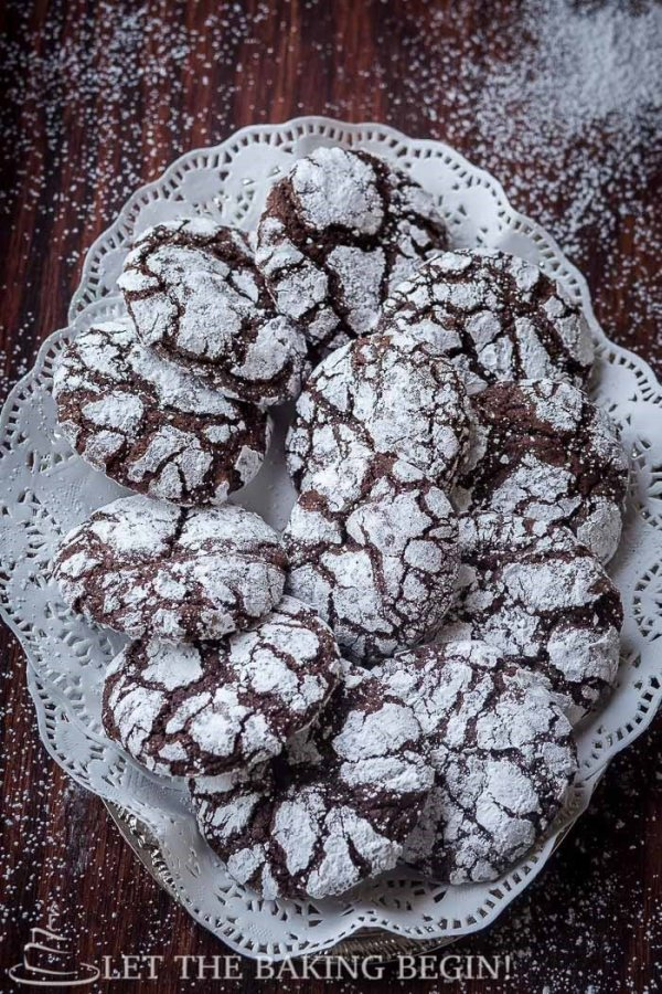 Chocolate Crinkle Cookie – a cookie that will satisfy the most serious chocolate cravings. Fudgy, soft and delicious it's the cookie for you! by Let the Baking Begin!