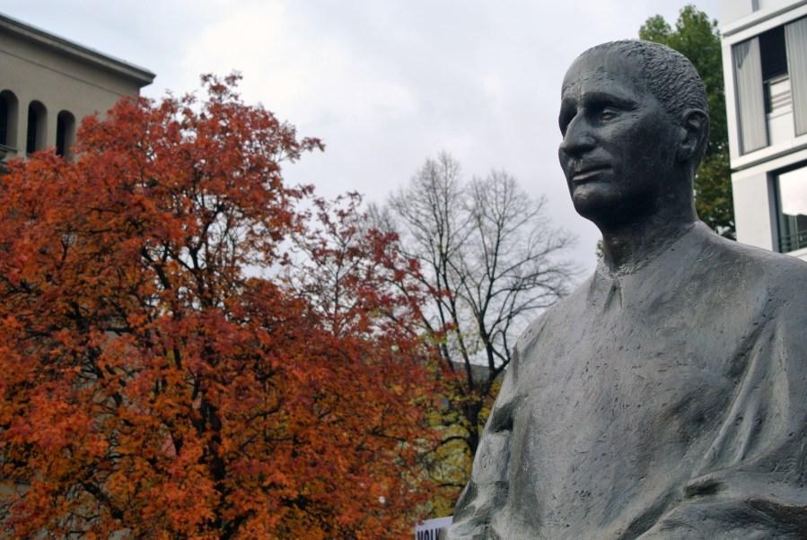 Bertold Brecht, Berlino, statua