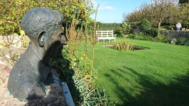 Monk's House, Rodmell, Virginia Woolf: giardino, busto di Leonard