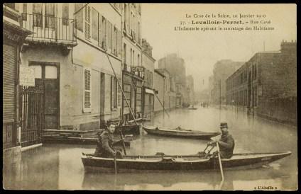 rue Rivay, l'infanterie opérant le sauvetage des habitants