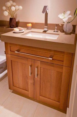 Retro single sink in guest bathroom